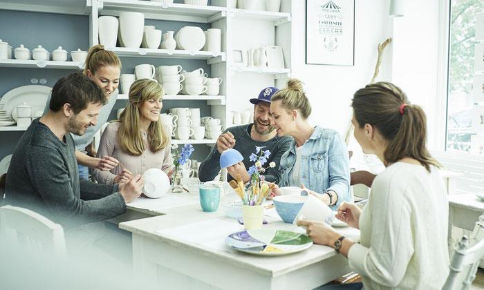 Teambuilding beim Bemalen von Keramik