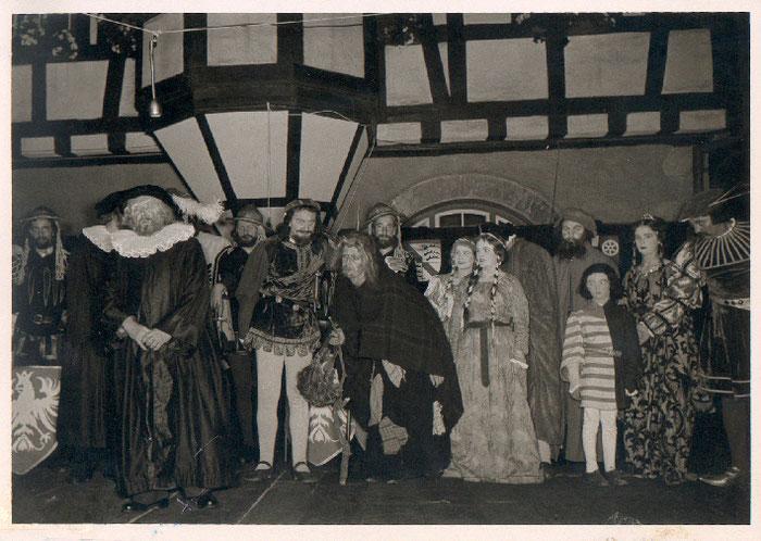1953 - Uraufführung des Schelmenspiels vor dem Alten Rathaus in Bergen - Ostseite