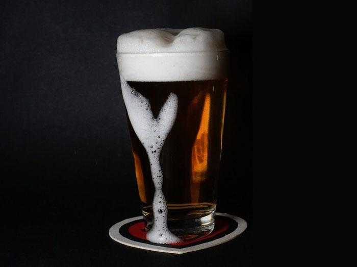 Gestacheltes Bier schäumt nochmal auf - die Krone warm, das Bier kühl, ein besonderer Genuss