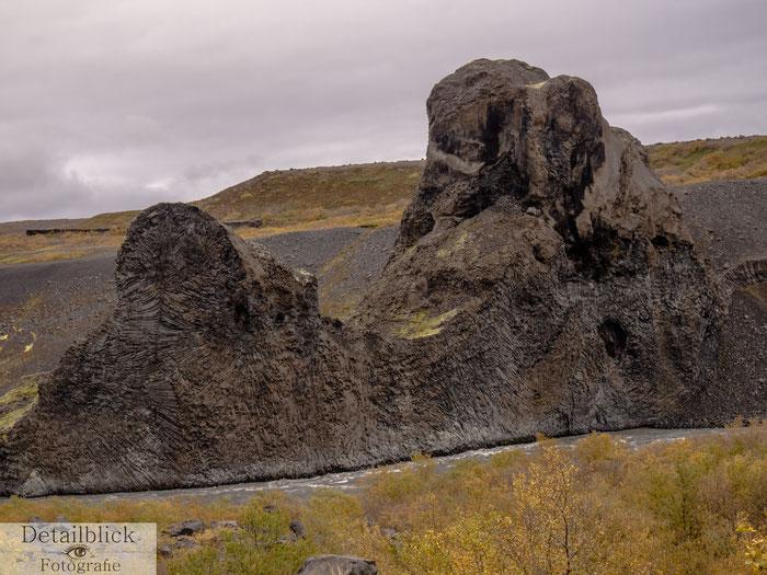Hljodaklettar Felsen am Fluss