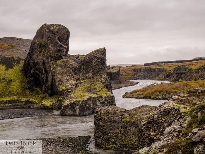 Basaltformartionen am reisenden Fluss