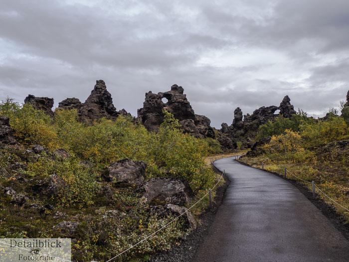 Weg zwischen Felsen