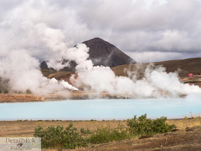 Heiße Quelle mit Berg im Hintergrund