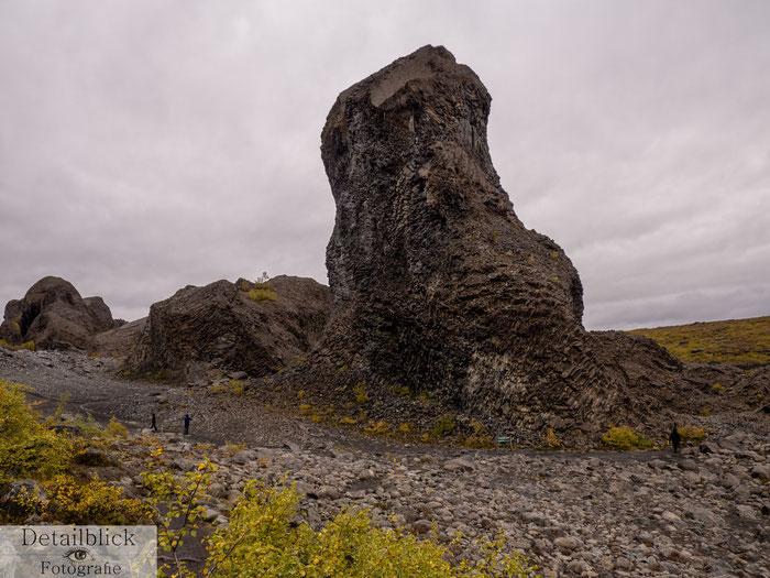 Riesige Basaltsäulen und daneben Menschen