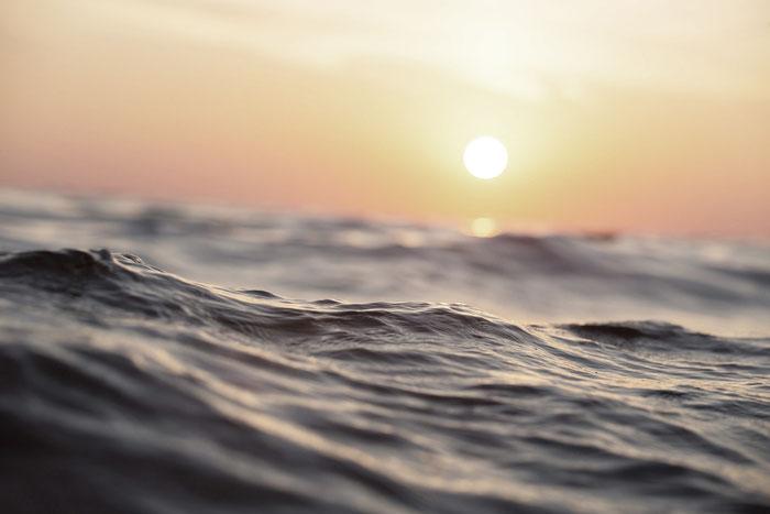 agua con el sol en la distancia