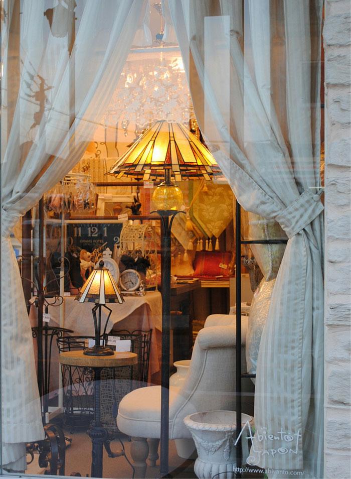 フロアランプ ティファニー ステンドグラス テーブルランプ アビヤントジャポン 店外から 撮影