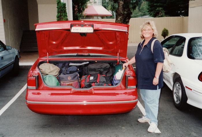 Das mit dem spartanischen Gepäck täuscht gewaltig. So sieht es wirklich im Mietwagen aus.