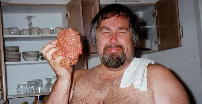 Fleischklopsbändiger; hier mit Fleisch von selbst mit den Zähnen gerissenen Schwarzbären