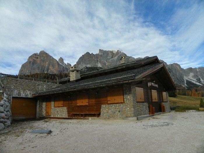 Olympiastützpunkthütte mit Blick auf Cortina.