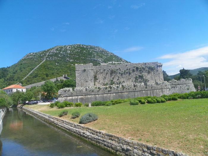 Auch Kilometer später ist die Mauer sehr gut zu erkennen.