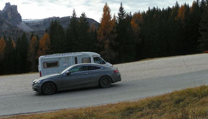 Der nagelneue Mercedes (Erlkönig)auf Testfahrt.  Unser kleines Womo. ;-)