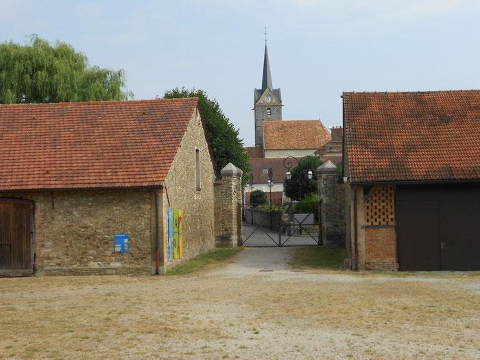SAVIGNY LE TEMPLE Ferme du Coulevrain / la cour et la Porte du Bourg