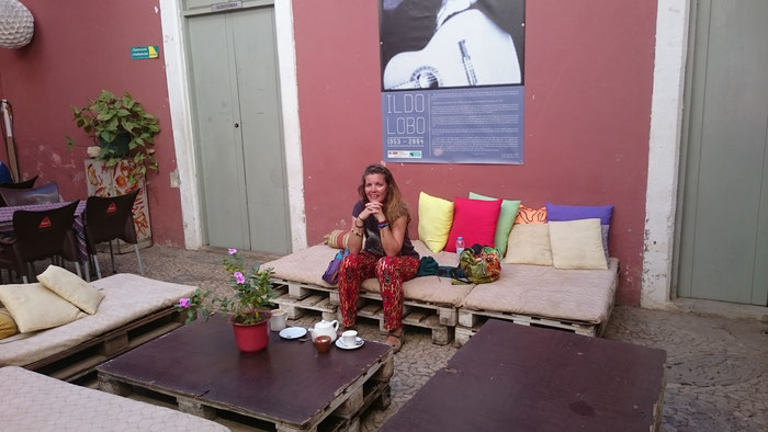 Lia is enjoying a lemon tea at one of the artistic cafes in Plateau