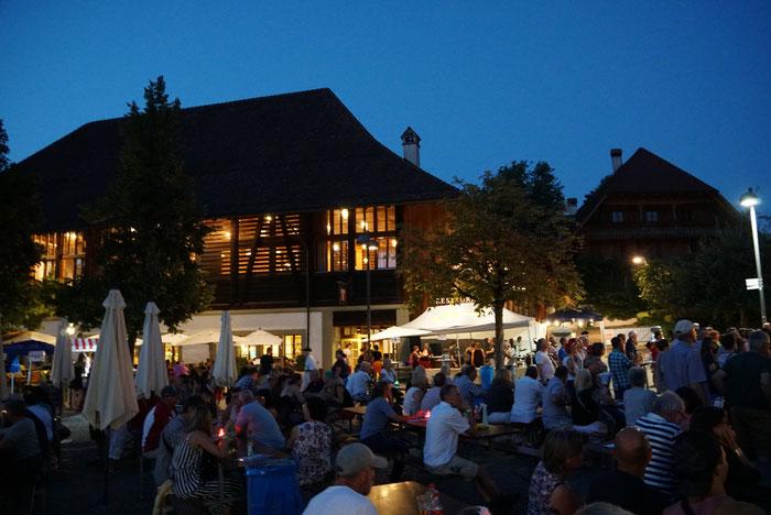 Der Schlossgutplatz und -saal bei Nacht / Copyright: Foto Münsingen