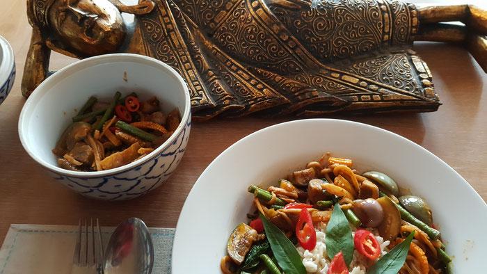 Rotes Thai Curry ist serviert.