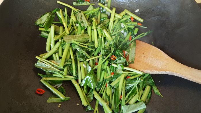 Einfach & gut: Waserspinat auf thailändische Art.