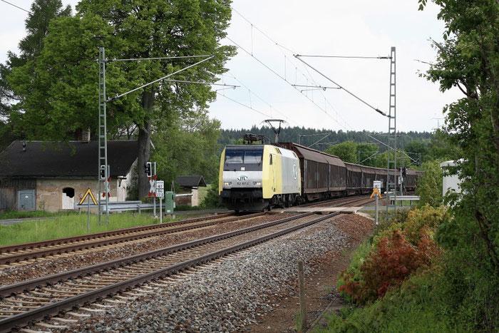 """ITL 152 197 mit dem """"Papierzug"""" am Colmnitzer BÜ"""