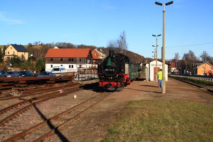 99 1734 wartet in Obercarsdorf auf ihren Einsatz am Wochenende