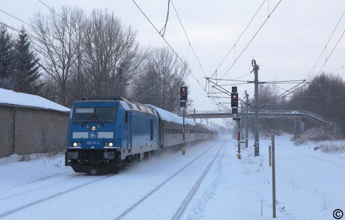 285 101 mit Wagenüberführung nach Dresden Reick im Bahnhof Klingenberg-Colmnitz