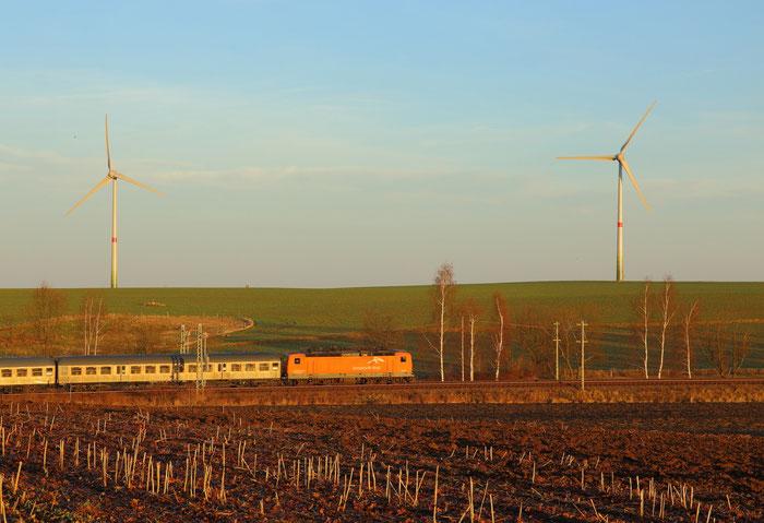 143 001 im Besitz von Arcelor Mittal als Schiebe-tfz an einem Sonderzug bei Hilbersdorf