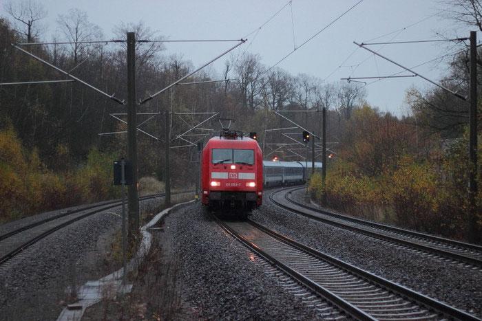 101 053 mit umgeleitetem Schnellzug in Klingenberg