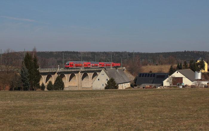 Blick Richtung Norden: 143 047 schiebt einen RE 3 nach Hof Hbf über den Colmnitzer Viadukt