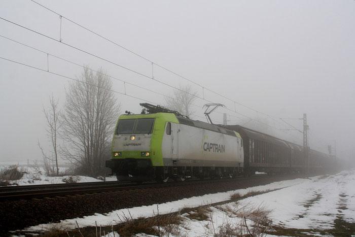185 543 mit leerem Güterzug auf dem Gegengleis am BÜ Colmnitz