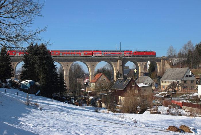 Und der Viadukt im Winter mit 143 837 und einem RE 3 nach Dresden