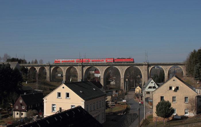 Und mit einem Reisezug: 143 038 mit einer RB 30 nach Zwickau