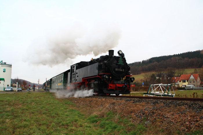 99 1734 bei der Ausfahrt aus Obercarsdorf