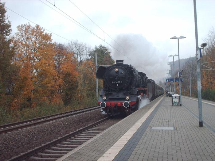 44 1486 mit Sonderzug am Haltepunkt Freital Hainsberg West