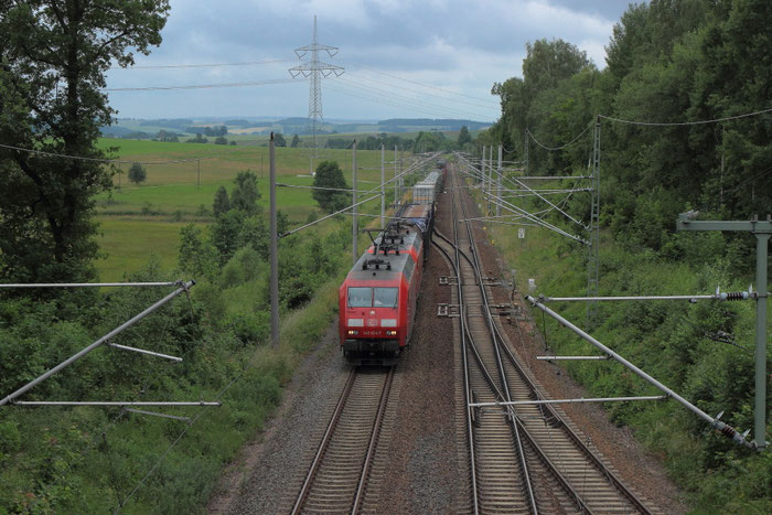 145 014 und eine Schwesterlok mit einem umgeleiteten Güterzug