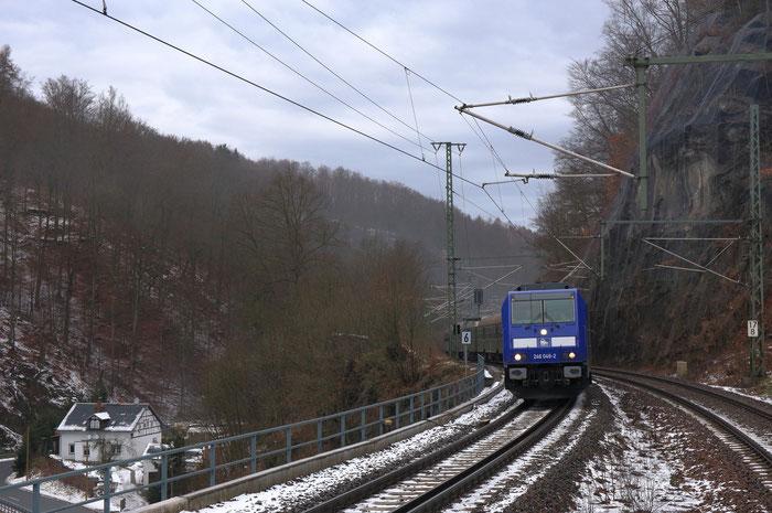 246 049 mit Leerwagenüberführung in Edle Krone