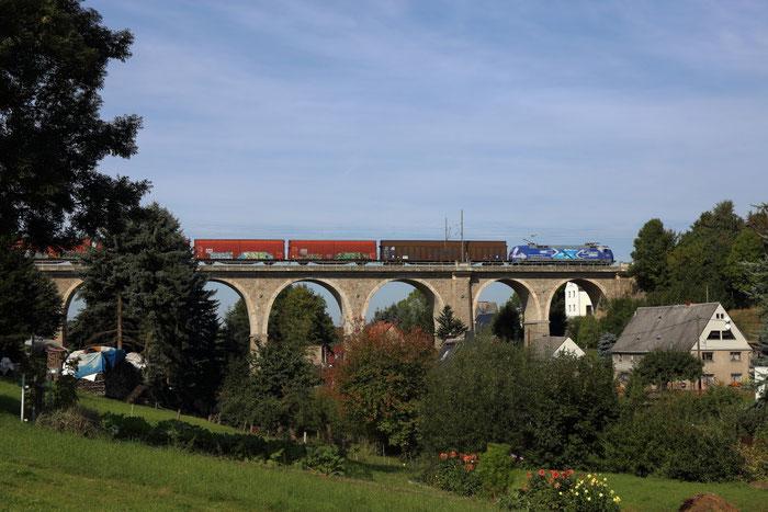 Umleiter und Werbelok auf dem Colmnitzer Viadukt - 152 134 mit GA 52804