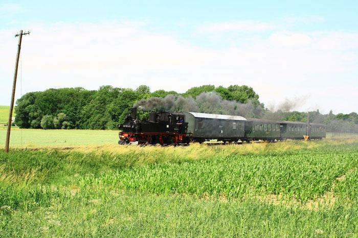 99 1574 mit Personenzug zwischen Schweta und Müglen