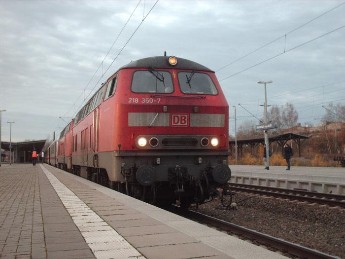 218 350 und Schwesterlok vor der Abfahrt aus Reichenbach nach Dresden
