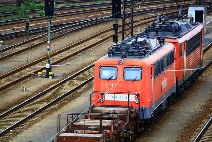 """Die z-gestellte 140 450 mit Aufschrift """"Triebfahrzeug ist schleppfertig hergerichtet"""" und Zuglok 155 085 in DD-Friedrichstadt"""