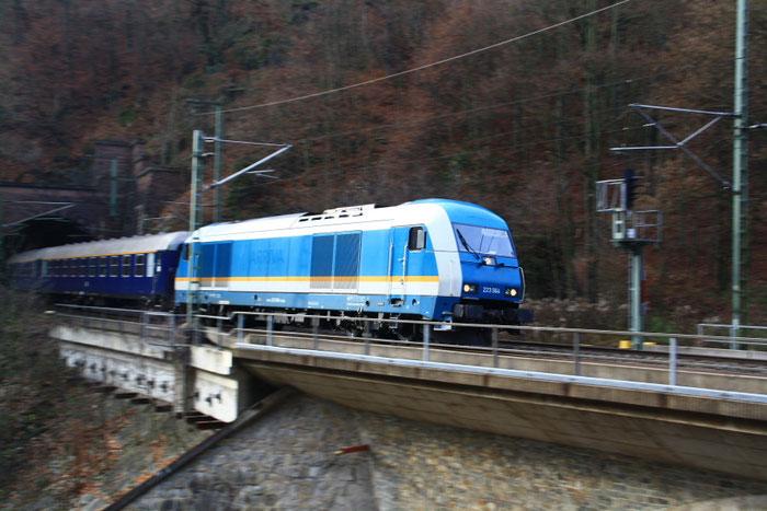 223 064 mit Sdz bei der Ausfahrt aus dem Edle Kroner Tunnel