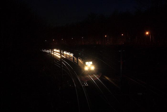 145 015 und östereichische Straßenbahnen auf dem Weg nach Bautzen bei Halt in Klingenberg-Colmnitz