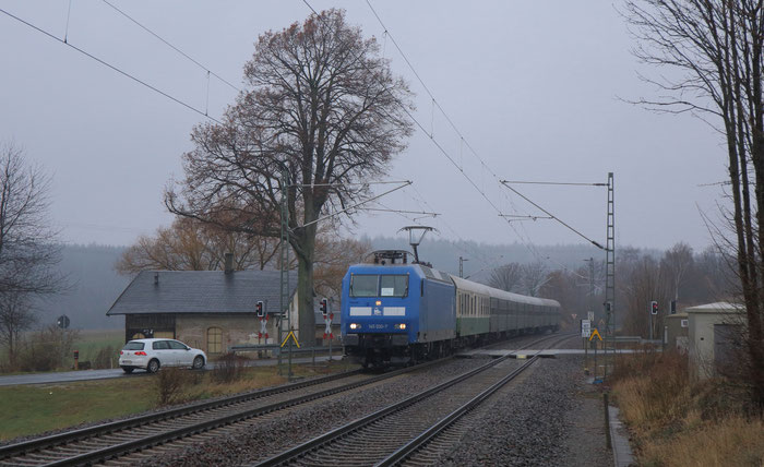 145 030 mit RE 3 nach Hof am BÜ in Colmnitz