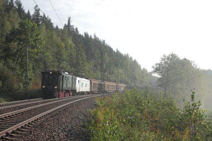 """E 77 10 als Vorspannlok vor dem """"Papierzug"""" nach Freiberg"""