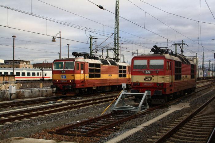 Eine 372 neben einer 371 in Dresden Hbf