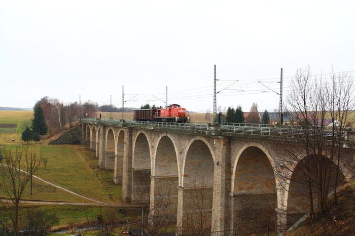 294 825-5 mit grenzlastigem Nahgüterzug auf dem Colmnitzer Viadukt