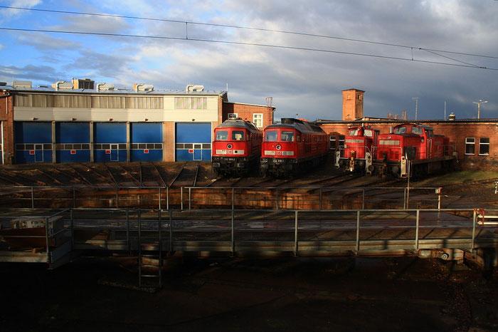 232 693 und 232 330 im Werk Cottbus