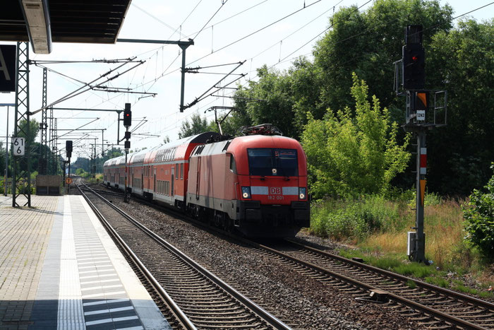 182 001 mit RE in Brandenburg Hbf