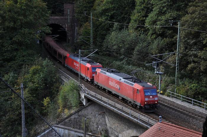 2 185er mit leerem Autozug in Edle Krone