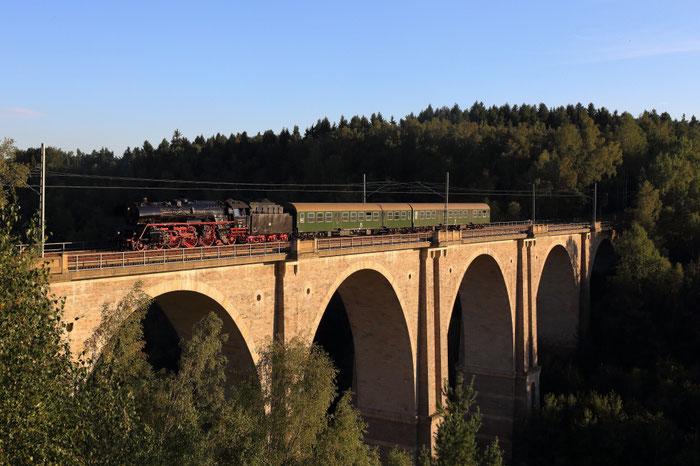 03 1010 mit einem Leereisezug auf dem Muldeviadukt Muldenhütten