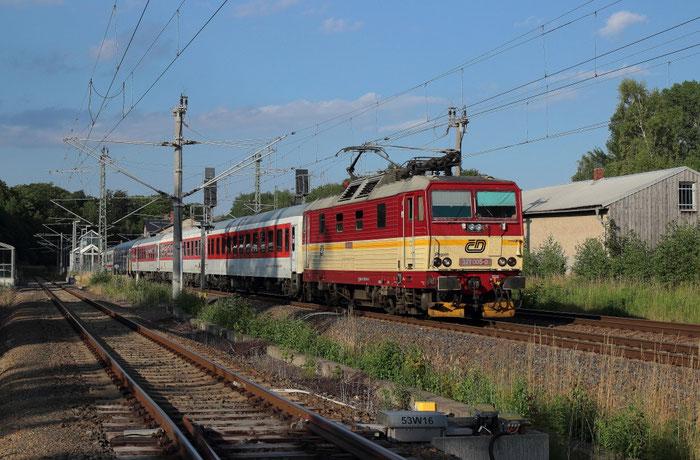 371 005 mit einem leeren Nachtzug in Klingenberg