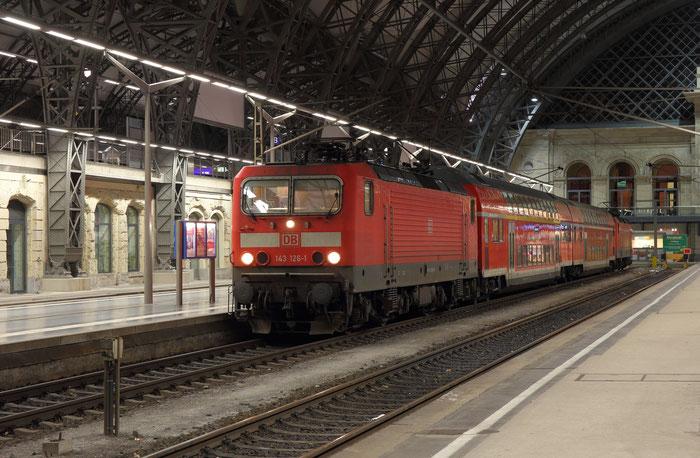 143 126 und 143 831 mit RB 30 in Dresden Hbf
