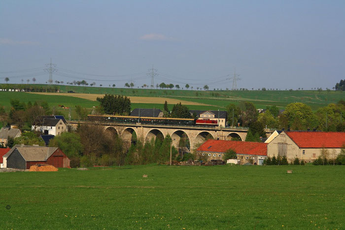202 327 mit Sdz von Bautzen nach Chemnitz auf dem Colmnitzer Viadukt